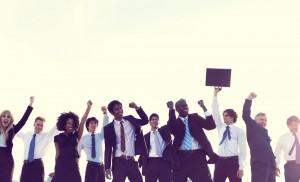 Employés victorieux et souriant avec le point en l'air