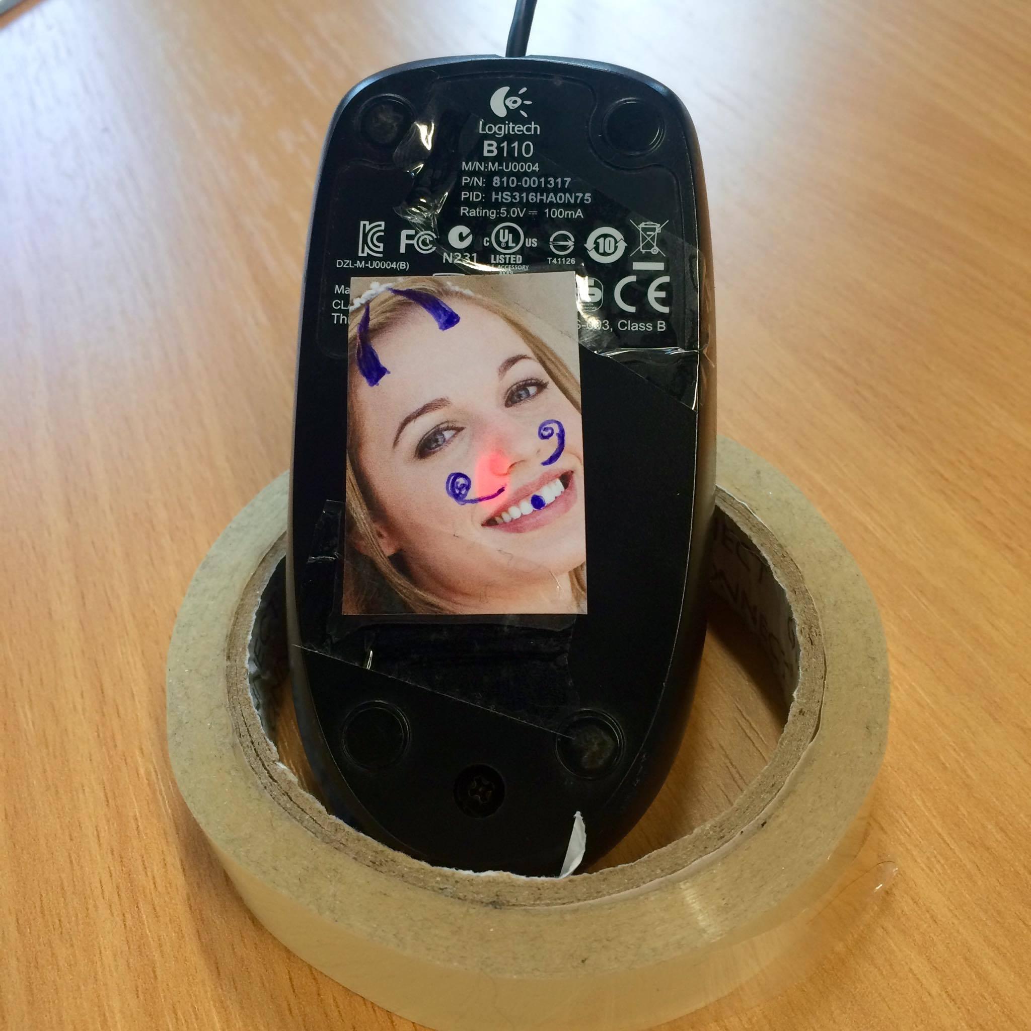 photo drôle collée sur le laser d'une souris d'ordinateur