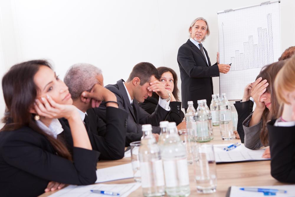 Réunion où les participants assis n'écoutent rien