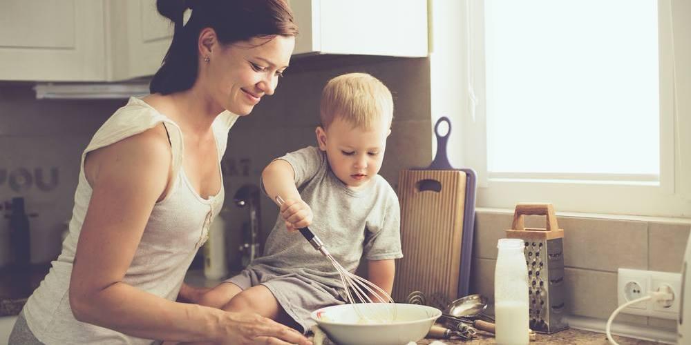 Mère et enfant en cuisine