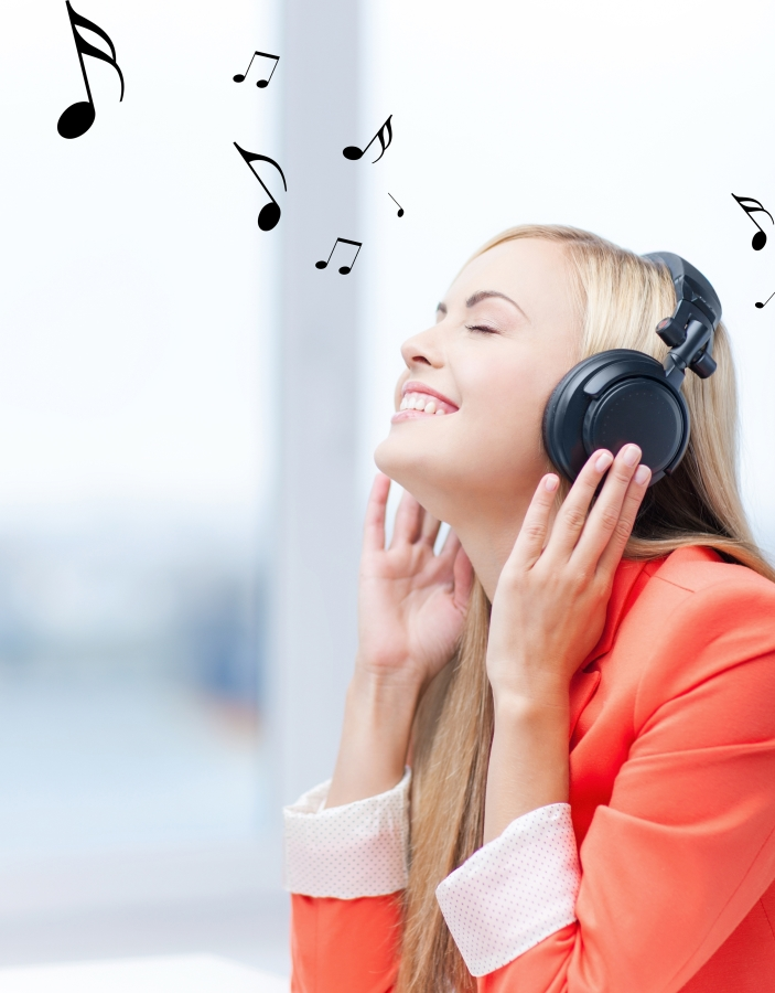 Femme avec un casque audio