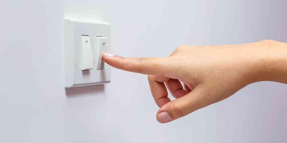 main qui active l'interupteur de la lumière